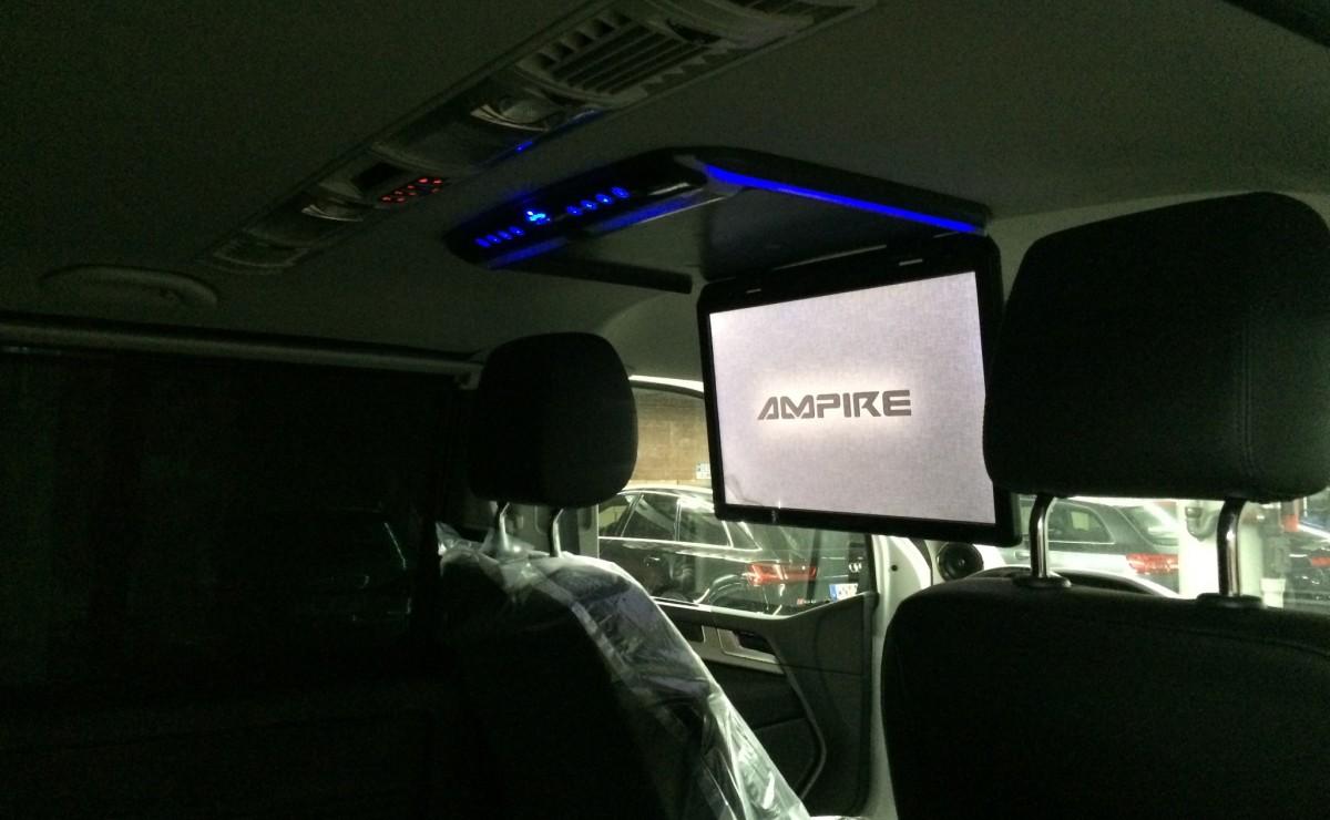 Aufgeklappter 18-Zoll-Monitor in einem VW T6-Bus