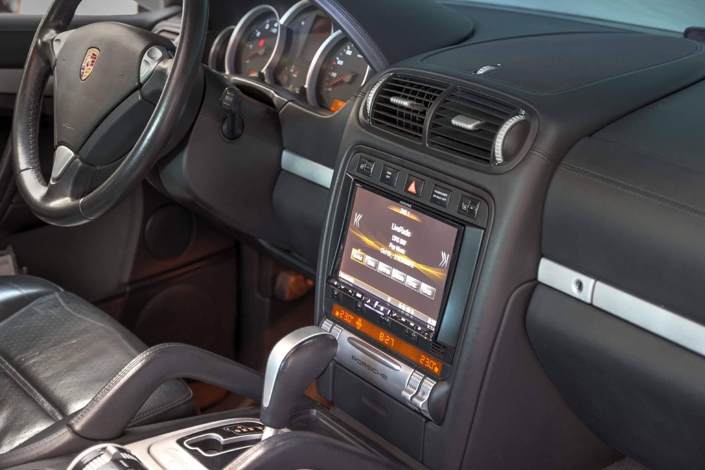 Nachrüstung im Porsche Cayenne Digitalradio, Bluetooth und DVD