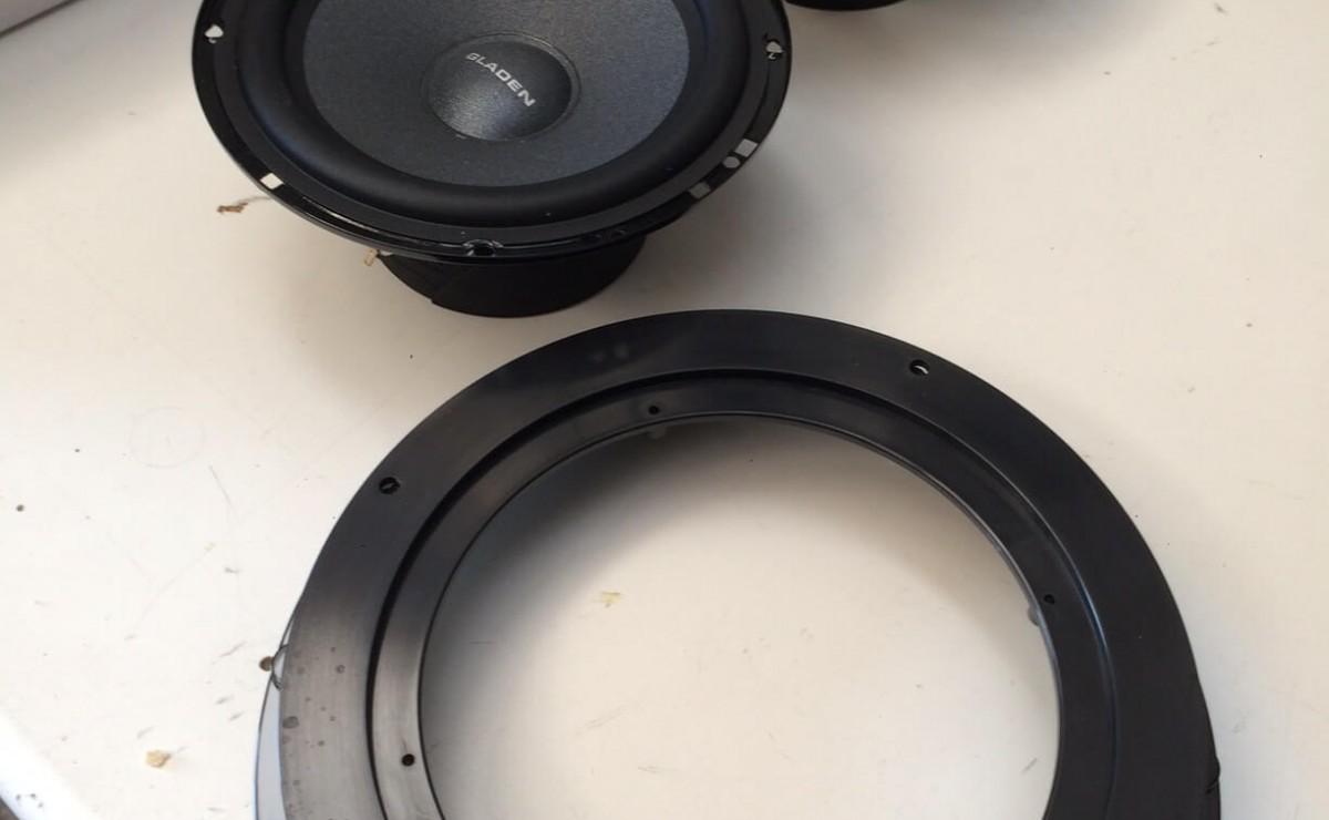 Gladen RS-X 165 und Lautsprecherring für das Audi A1-Soundupgrade