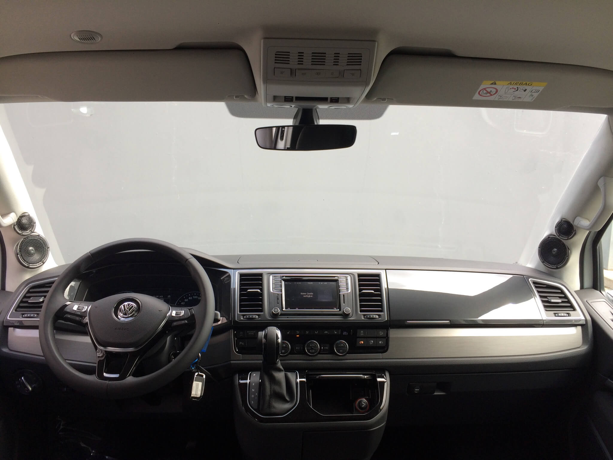 Armaturenbrett mit umgebauten A-Säulen mit Lautsprechern im VW T6