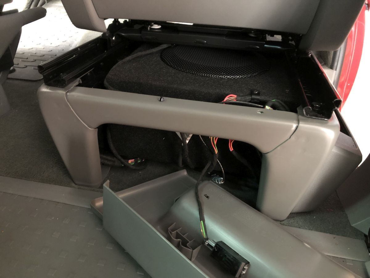 Sitzkonsole mit Subwoofer im Volkswagen T6.1