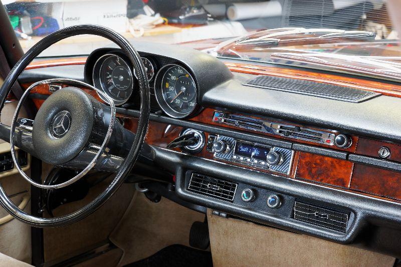 Oldimerradio im Mercedes Benz 300 SEL 6,3l