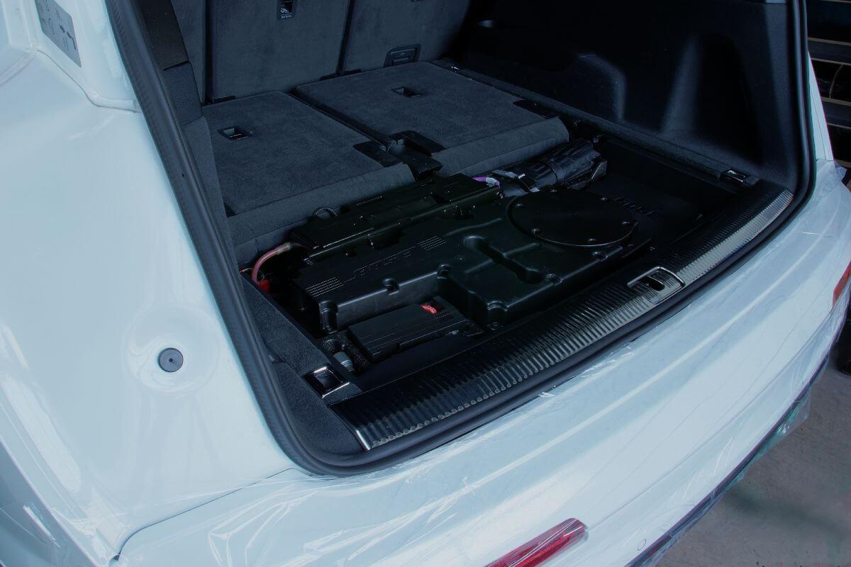 Original Bose-Subwoofer im Audi Q7 vor dem Umbau