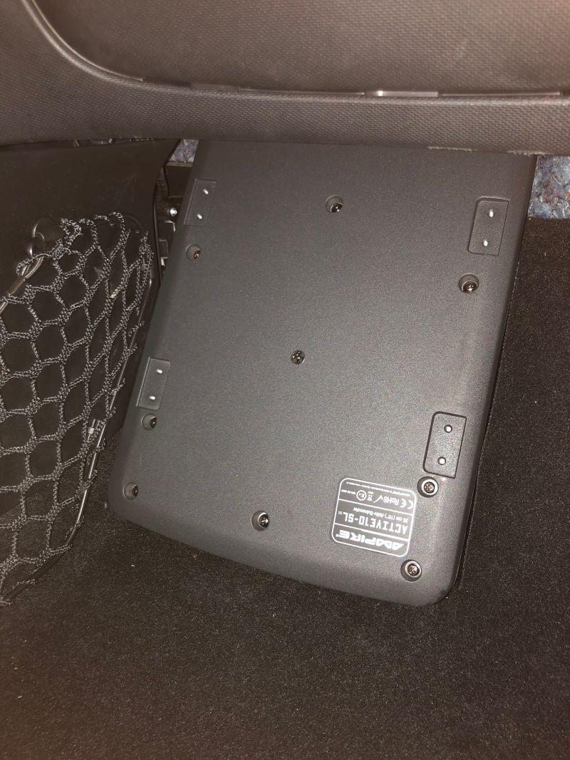 Subwoofer eingebaut im Fußraum eines Smart 453