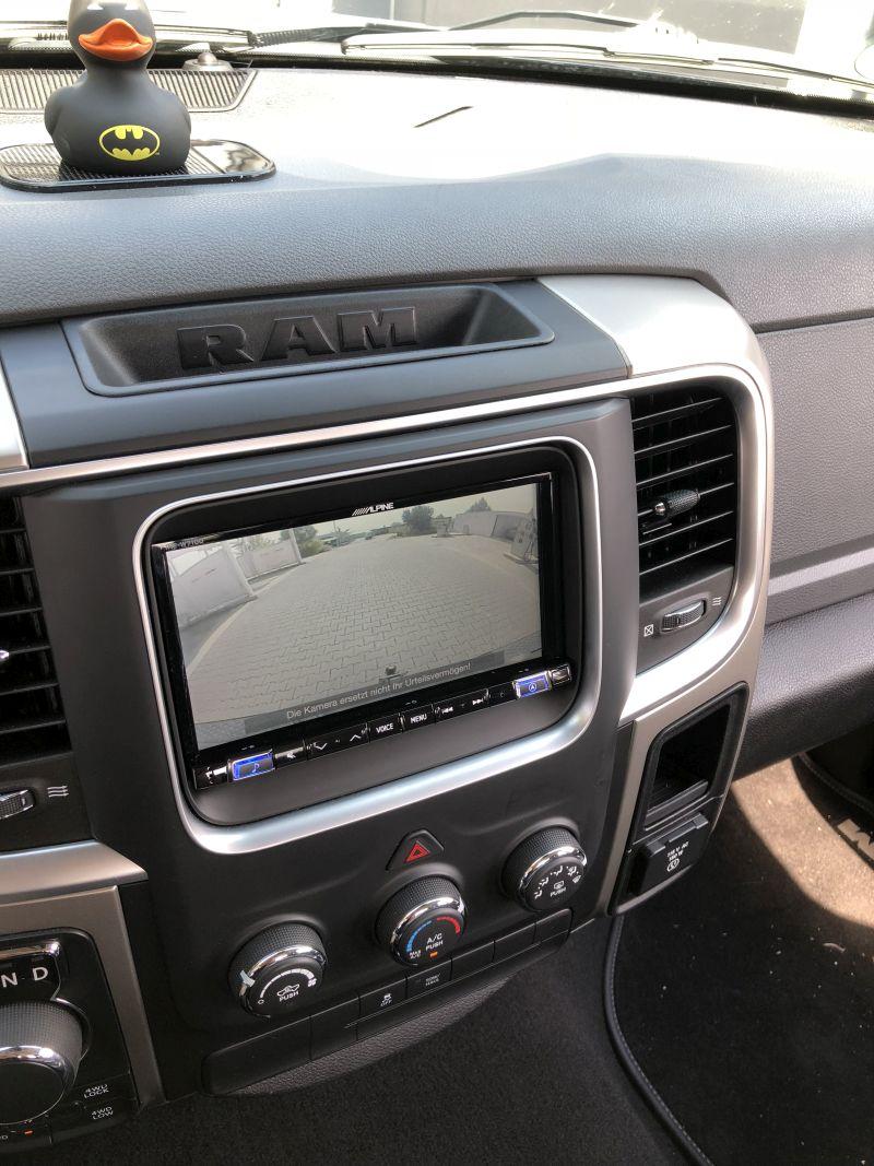 Alpine-Navigationssystem mit Blende im Dodge Ram