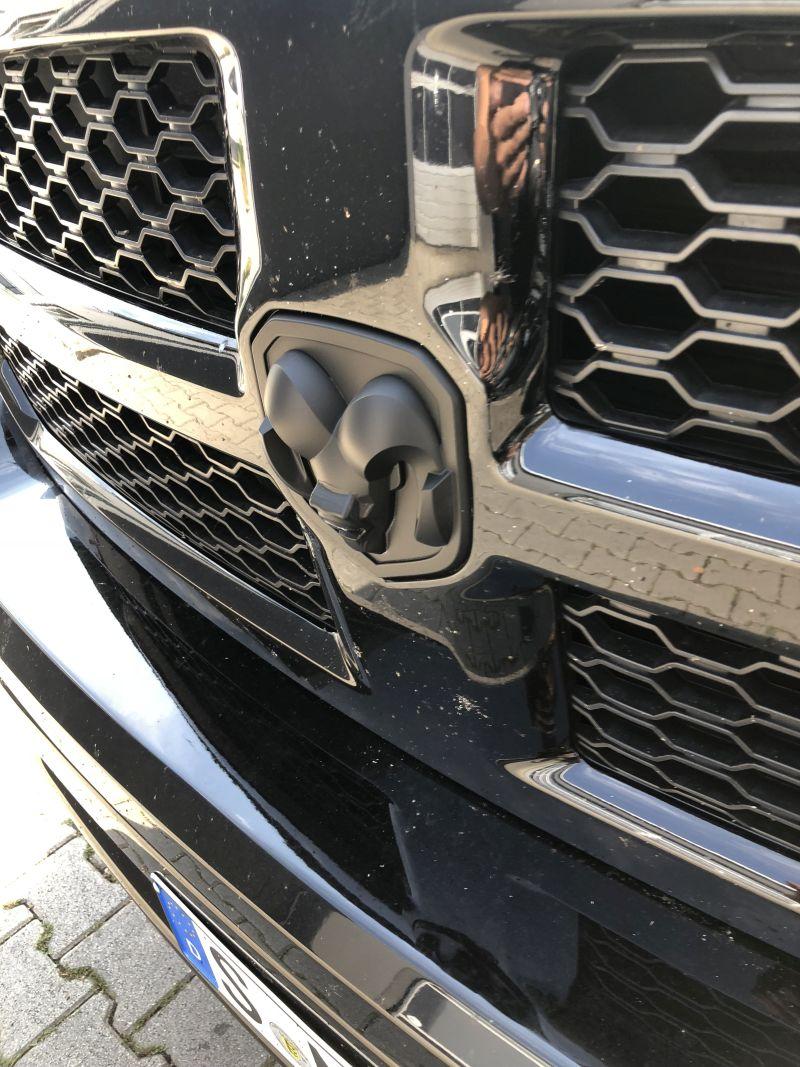 Frontkamera im Dodge-Emblem