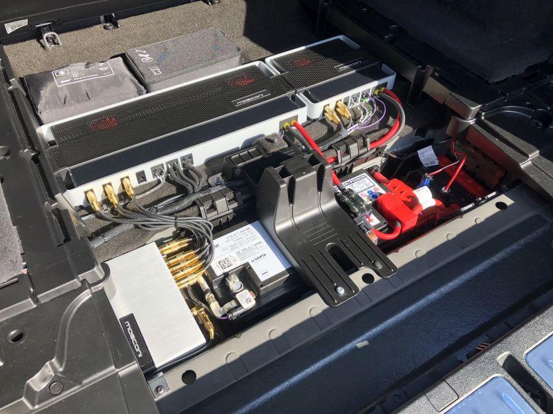 Analogendstufen mit Soundprozessor und Verkabelung im BMW-Kofferraum