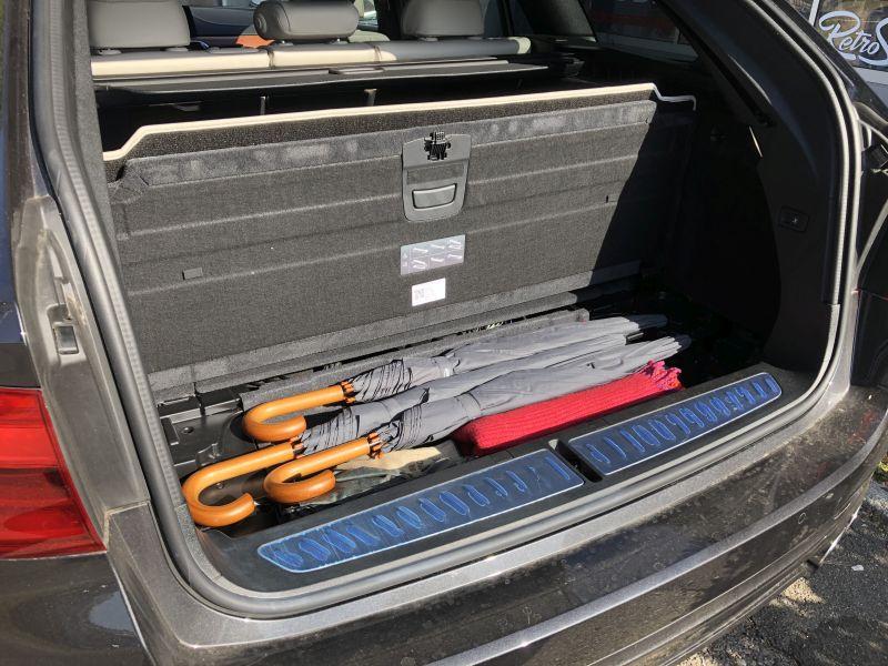 angehobener Kofferraumboden mit Fach