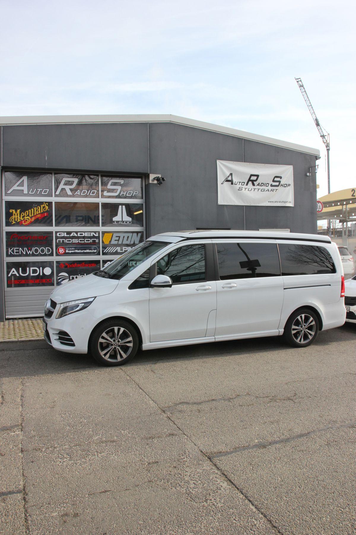 Die Mercedes V-Klasse vor dem Auto-Radio-Shop