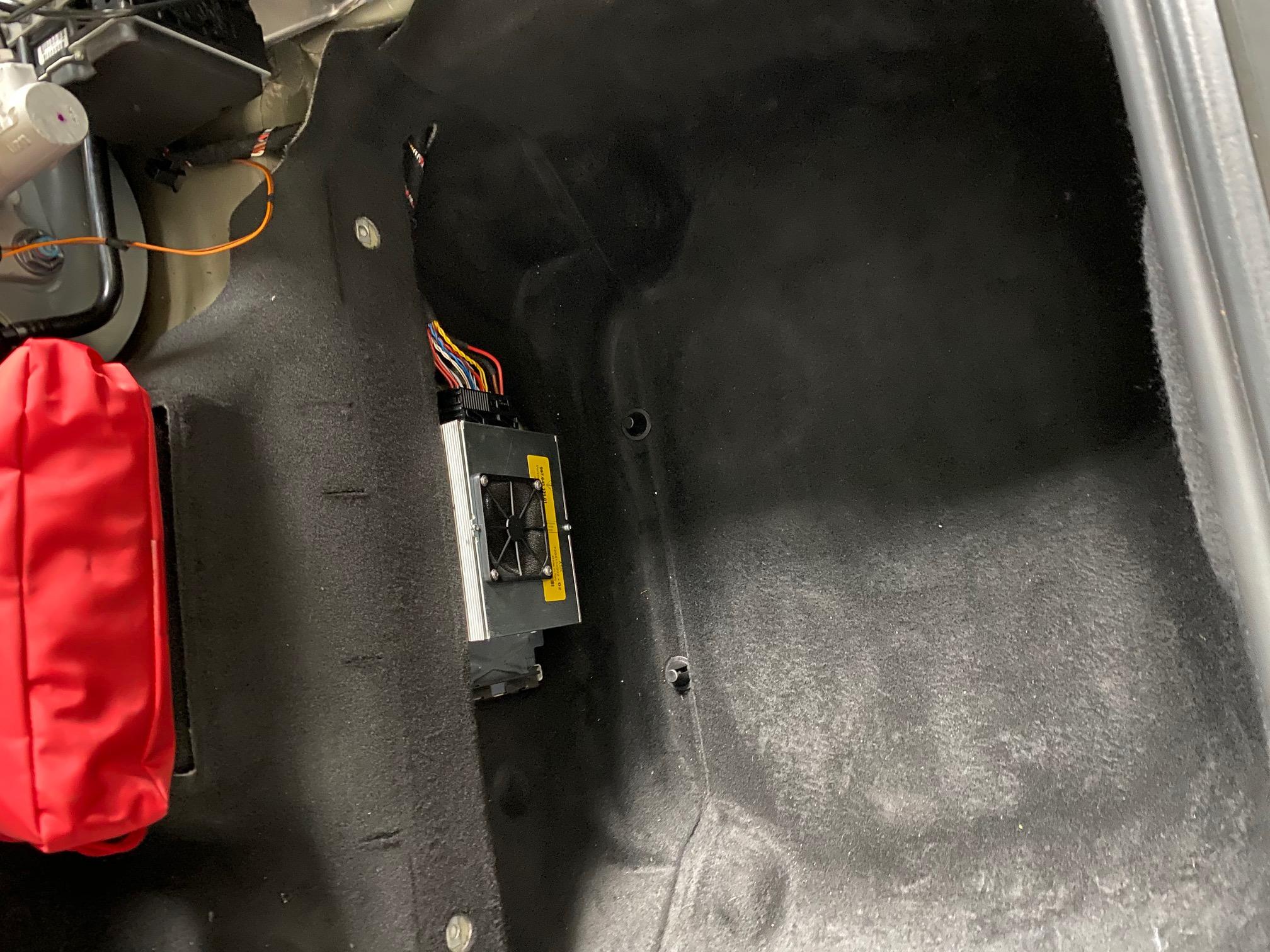 Offener Kofferraum des Porsche Boxster mit Verstäker