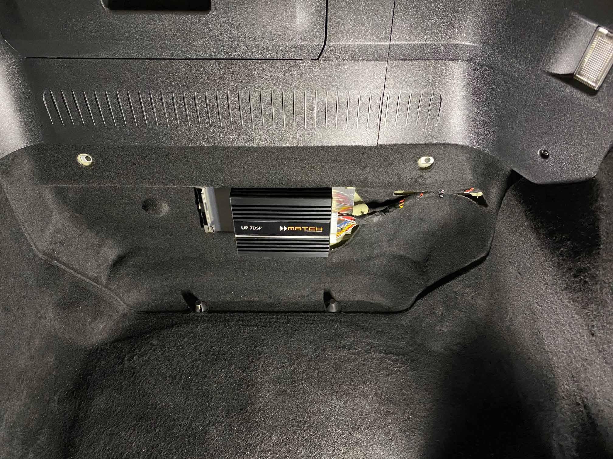 Nachrüstverstärker im Porsche Koferraums